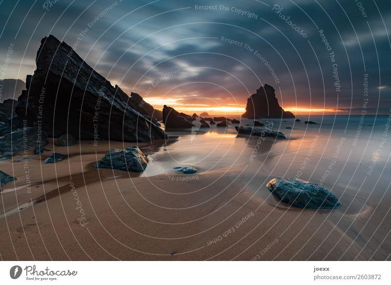 Strand mit kantigen Felsen bei Sonnenuntergang, Langzeitbelichtung Praia da Adraga groß Wärme orange Menschenleer Horizont Wolken Portugal Natur Meer