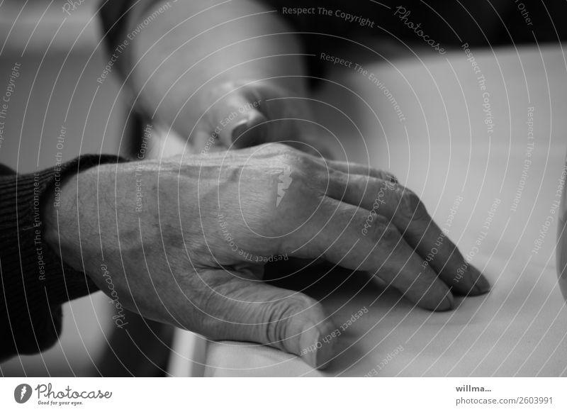 füreinander da sein | emotionen Hand 2 Hände Alter Paar Partner Senior Mensch alt berühren Vertrauen Sympathie Zusammensein trösten hilflos Hilfsbereitschaft
