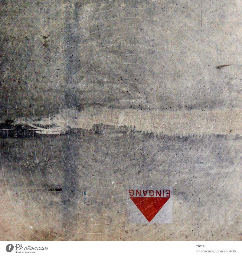 H08 - Richtungswechsel Stadt rot Einsamkeit Wege & Pfade grau dreckig Beton Armut Perspektive Bodenbelag Hinweisschild Buchstaben Vergänglichkeit Zeichen Verfall Eingang