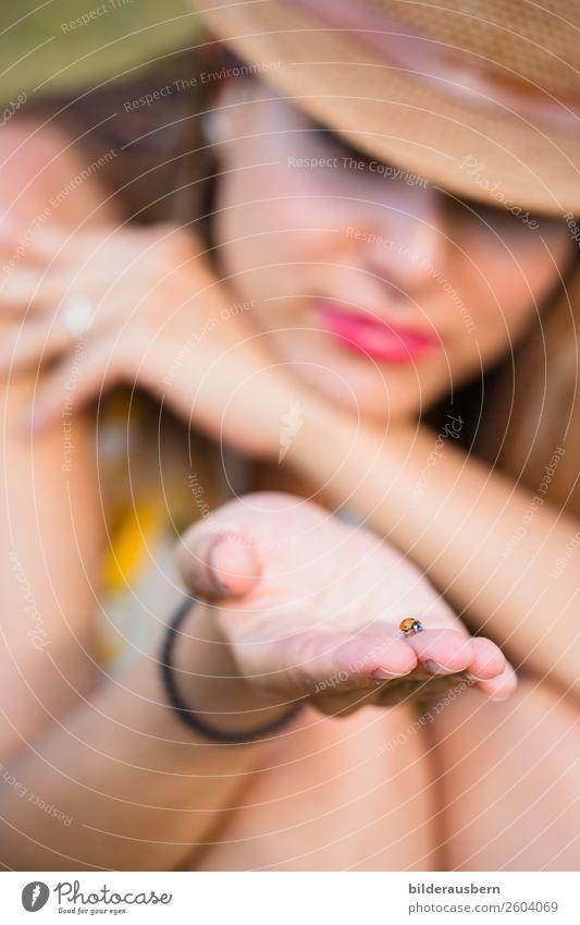 Vom grossen kleinen Glück feminin Junge Frau Jugendliche Hand 1 Mensch 18-30 Jahre Erwachsene Käfer Mariakäfer Tier Gefühle Lebensfreude Geborgenheit