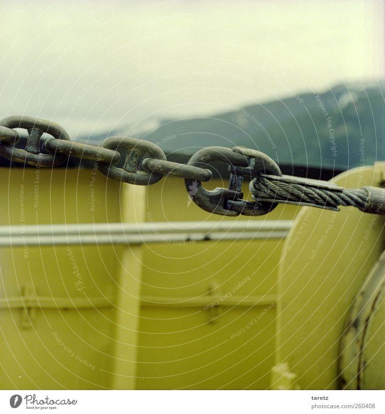 Bergkette Schifffahrt Fähre kalt Kette Stahlkabel gelb Berge u. Gebirge einfach Reling Stabilität fest Halt ziehen Öse Verschluss schließen Kraft Sicherheit