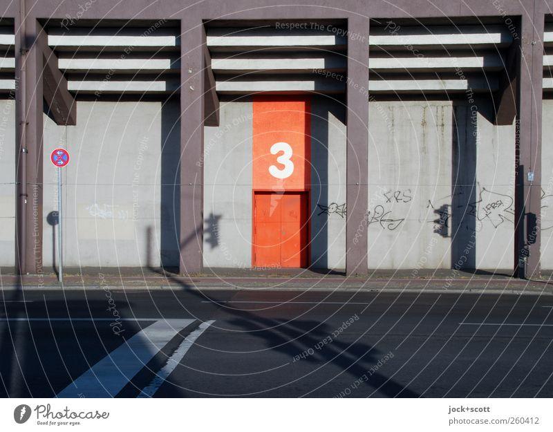 Aller guten Dinge sind drei Stadt Wärme Graffiti Wand Straße Wege & Pfade Gebäude Mauer Architektur Berlin Linie Stimmung Tür Zufriedenheit Verkehr Schilder & Markierungen