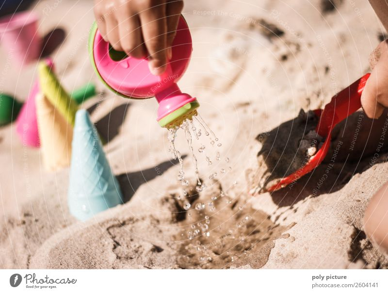 Plastik Gießkanne und Schaufel Kind Ferien & Urlaub & Reisen Jugendliche Sommer Hand Sonne Meer Ferne Strand Lifestyle Leben Küste Familie & Verwandtschaft