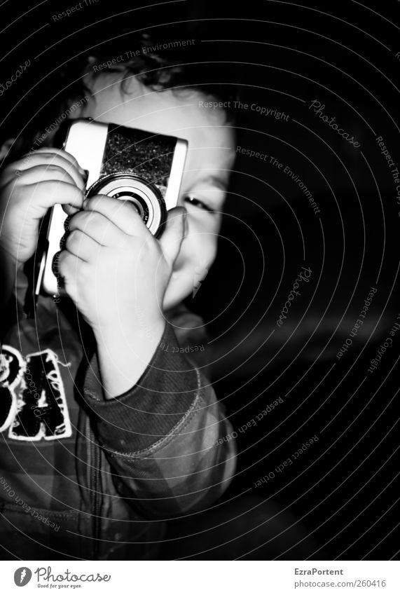 So wie allles begann Kind Fotokamera maskulin Kleinkind Junge Kindheit 1-3 Jahre gebrauchen Spielen natürlich schön schwarz weiß Freude Fröhlichkeit