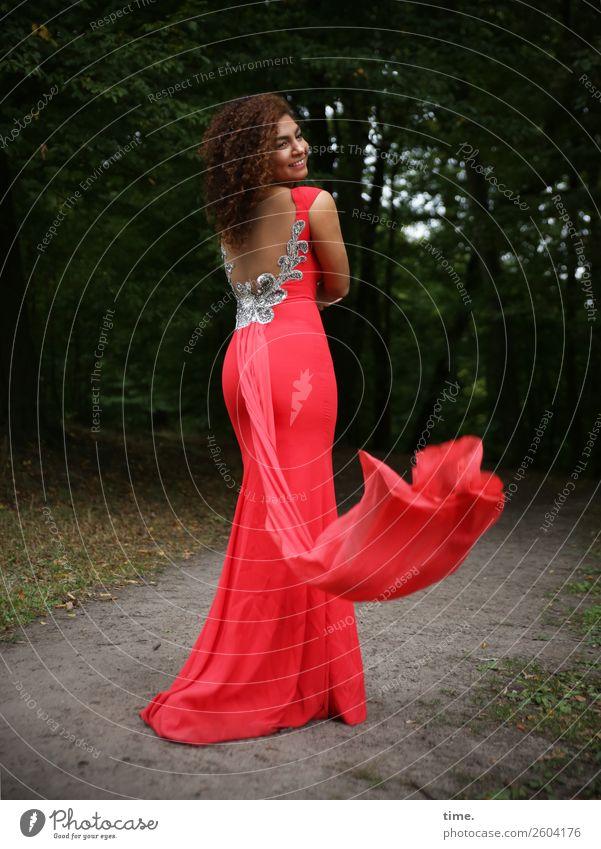 Nikolija feminin Frau Erwachsene 1 Mensch Baum Park Wald Wege & Pfade Kleid brünett langhaarig Locken Bewegung Lächeln lachen Blick stehen Freundlichkeit