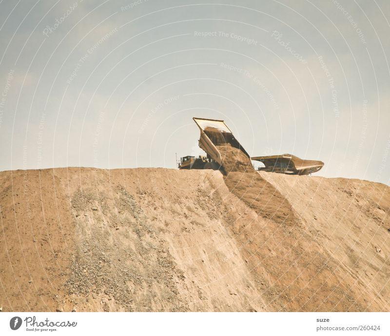 Kipper kippt Baustelle Industrie Baumaschine Umwelt Urelemente Erde Sand Himmel Wolkenloser Himmel Verkehr Fahrzeug Lastwagen außergewöhnlich dreckig
