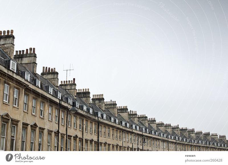 englisches strassenbild Stadt Bauwerk Gebäude Architektur Mauer Wand Fassade Fenster alt Häusliches Leben einzigartig gleich Schornstein Dach Reihenhaus England