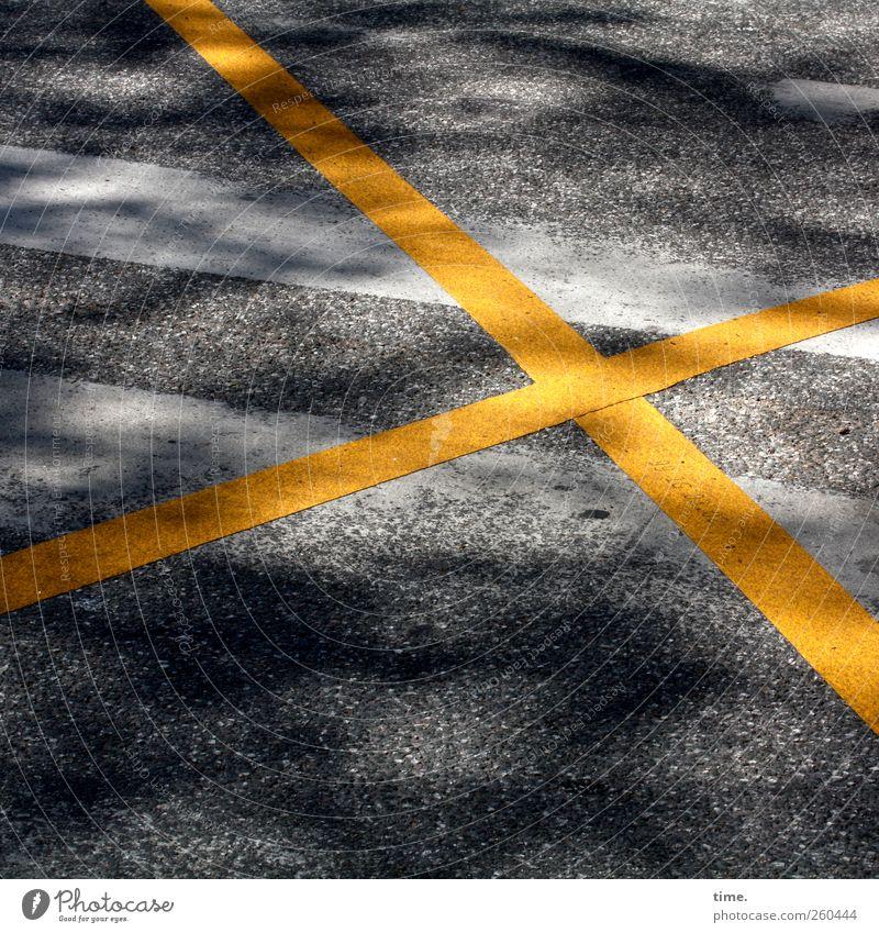 Verkehrsberuhigung kann so einfach sein Menschenleer Verkehrswege Straße Wege & Pfade Verkehrszeichen Verkehrsschild Sicherheit Kreuz gelb weiß grau Asphalt