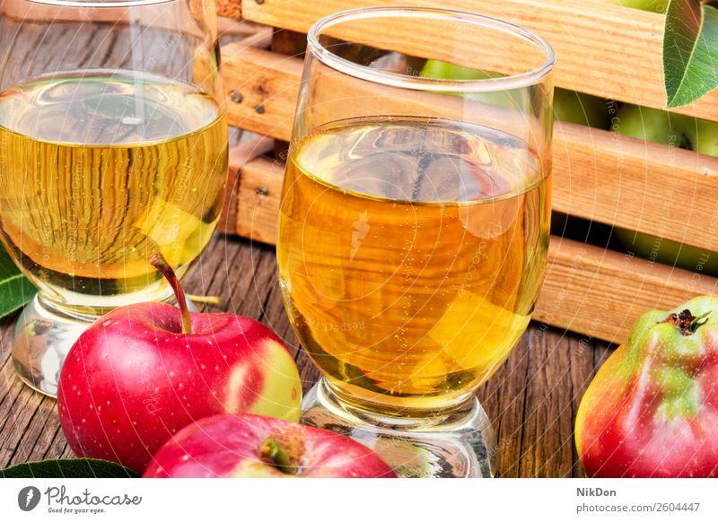 Hausgemachter Apfelwein aus reifen Äpfeln Frucht trinken Bestandteil Alkohol Lebensmittel Glas liquide Saft rot frisch Getränk Herbst hölzern rustikal natürlich