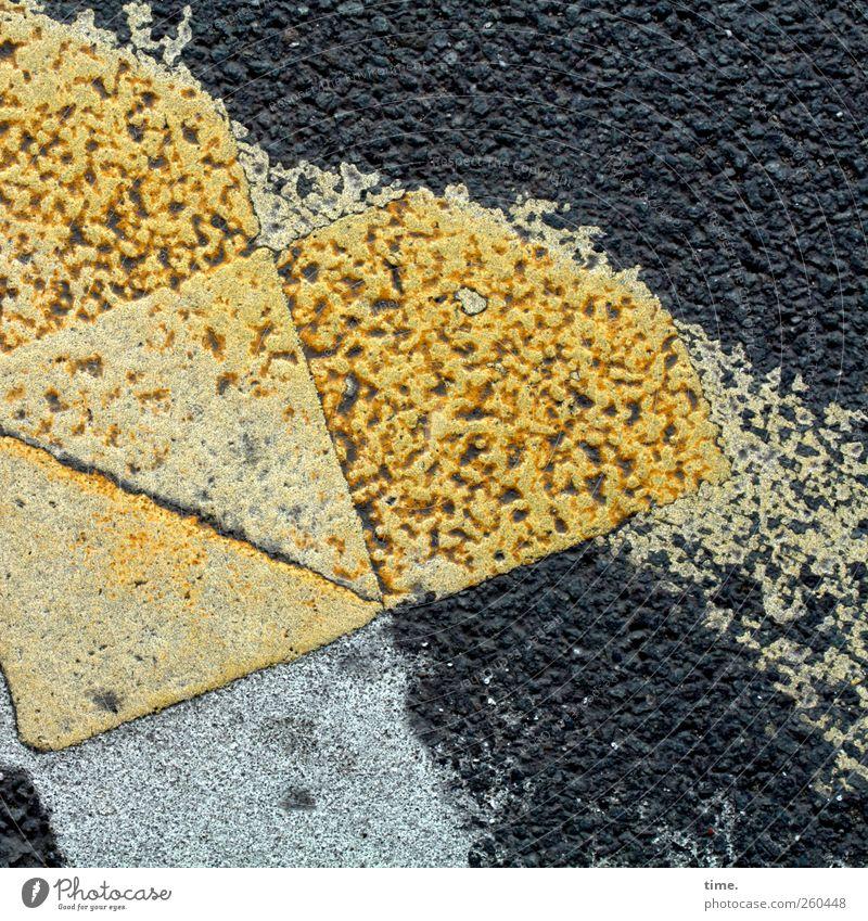 abgefahren Menschenleer Straßenverkehr Wege & Pfade bizarr Kreativität Kunst skurril Asphalt Bodenbelag Farbstoff Schilder & Markierungen Dreieck gelb schwarz