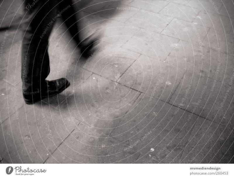 Hektik, Stress und immer in Bewegung. Mensch Stadt Einsamkeit Traurigkeit Beine Fuß laufen maskulin Sehnsucht Eile