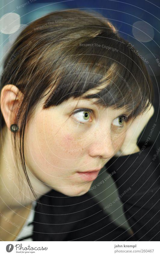 Graz - Berlin 19.15 Uhr feminin Junge Frau Jugendliche Gesicht Mensch 18-30 Jahre Erwachsene Denken Blick trösten Traurigkeit Sorge Liebeskummer Unlust