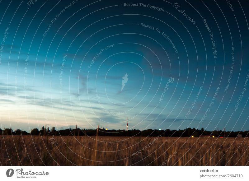 Fernsehturm am Horizont Abenddämmerung Berlin Dämmerung Farbenspiel Feierabend Ferne Flughafen Flugplatz Himmel Himmel (Jenseits) Menschenleer Romantik