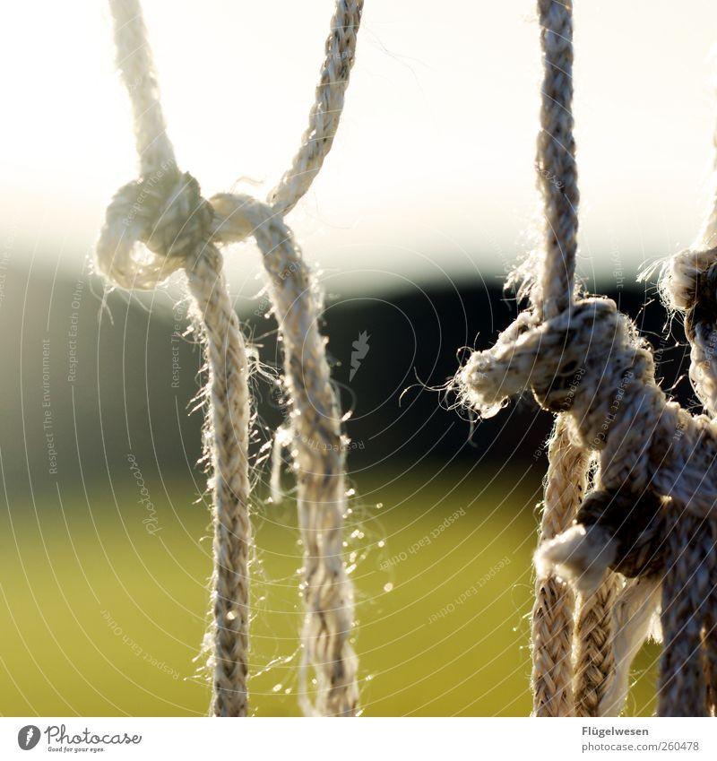 Tornetz in Spanien Seil Knoten Farbfoto Außenaufnahme Tag Unschärfe Schnur Gegenlicht Schlaufe Befestigung