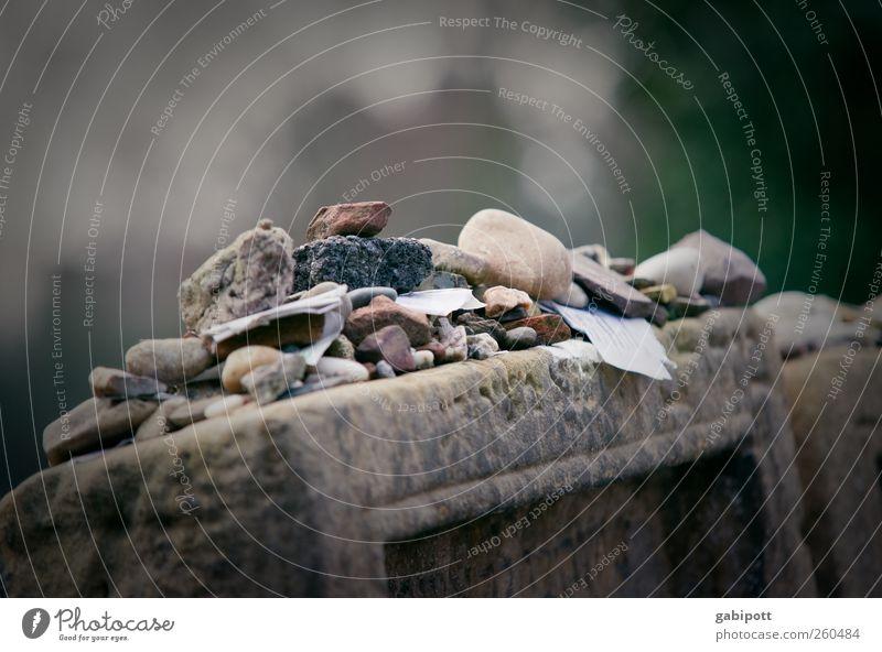 Briefe an die Toten Friedhof Papier Zettel Stein Zeichen Schriftzeichen Ziffern & Zahlen Ornament alt Mitgefühl trösten ruhig Hoffnung Traurigkeit Trauer Tod