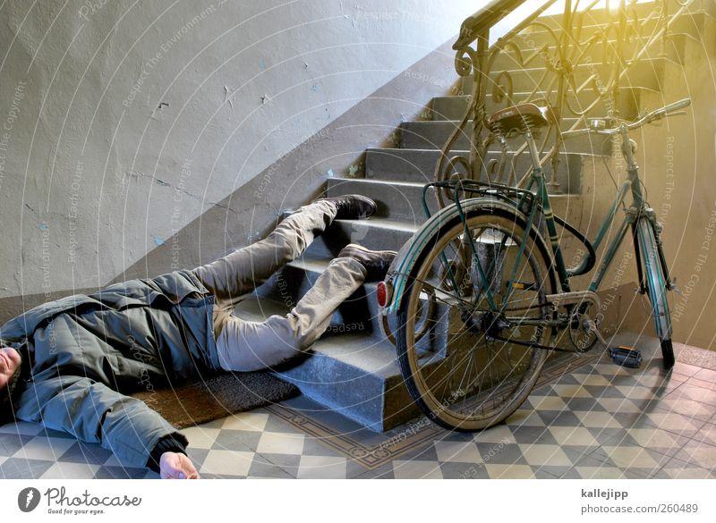 fahruntüchtig Mensch maskulin Mann Erwachsene Körper 1 Fahrrad liegen Treppe Treppenhaus solpern fallen Leiche Mord Unfall Versicherung Notfall Altbau Farbfoto