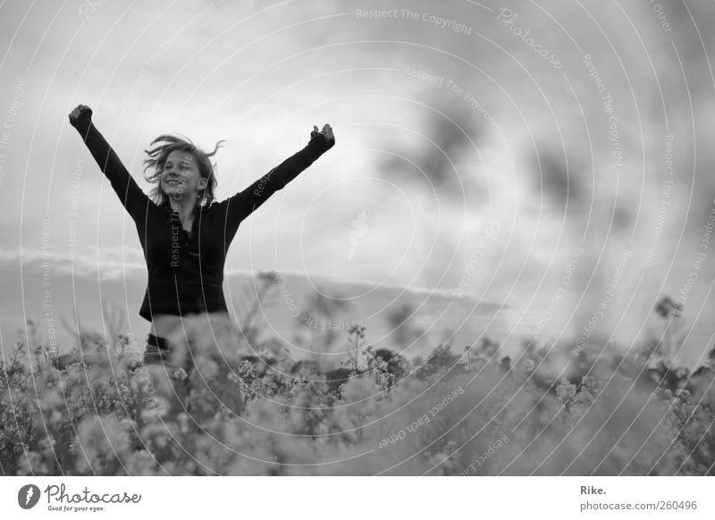Ein Requiem für gute Laune. Mensch Natur Jugendliche schön Pflanze Freude Erwachsene Umwelt Wiese Landschaft Gefühle Glück springen Stimmung Körper Kraft