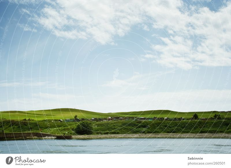 Grünes Land Natur Landschaft Himmel Wolken Horizont Frühling Klima Schönes Wetter Gras Wiese Golfplatz Hügel Wellen Küste Bucht Meer ästhetisch frei