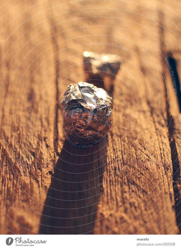 galaktisch rot Holz Metall hell rund retro Kugel silber Holztisch Metallfolie