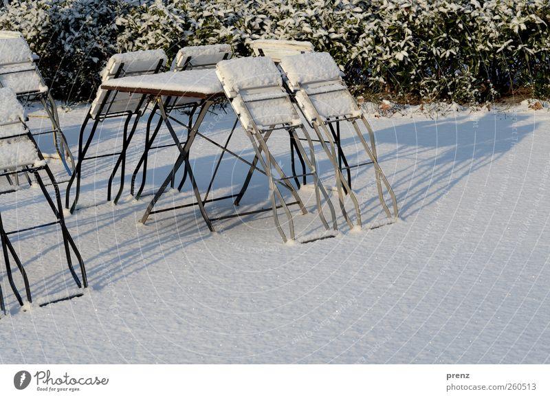 biergarten Eis Frost Schnee Sträucher Park grün weiß Winter Klappstuhl Stuhl Tisch Biergarten Farbfoto Außenaufnahme Menschenleer Textfreiraum rechts Morgen