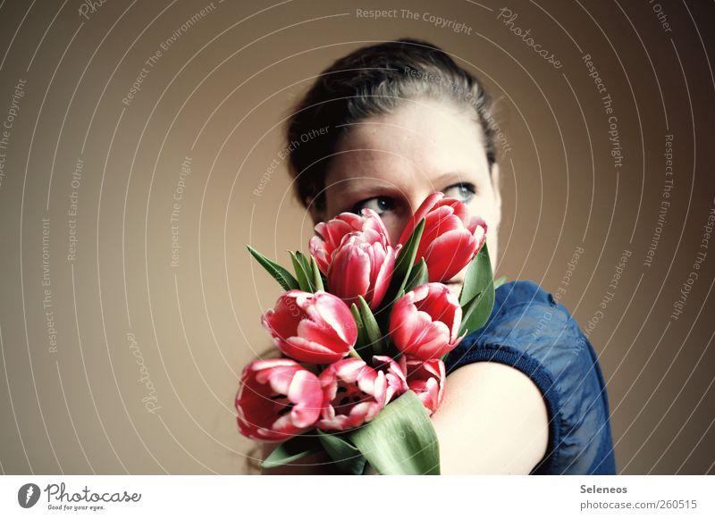 Hol dir den Frühling ins Haus! Mensch feminin Frau Erwachsene Kopf Haare & Frisuren Auge 1 Umwelt Natur Pflanze Blume Tulpe Blatt Blüte Mode Bluse Blühend