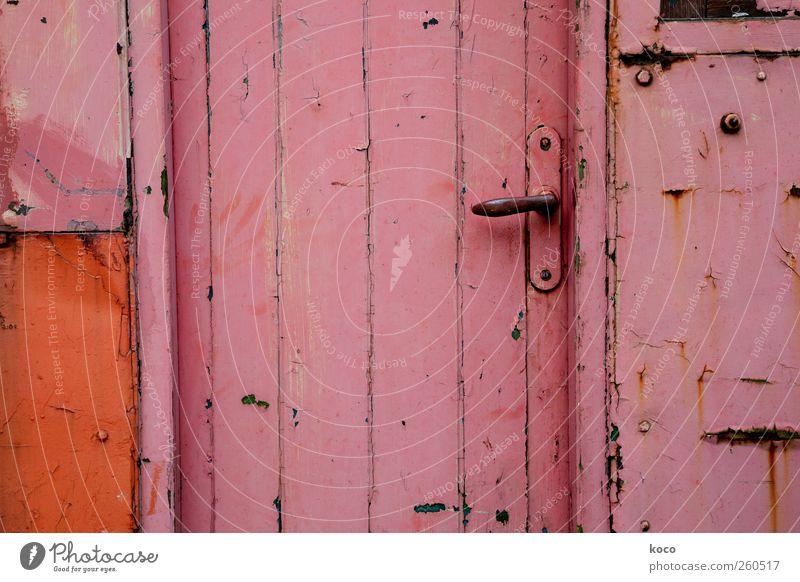 Tür zu! Haus Einfamilienhaus Hütte Mauer Wand Fassade Griff Türknauf Holz Metall Linie alt authentisch eckig einfach trist rosa schwarz Sicherheit Schutz Farbe