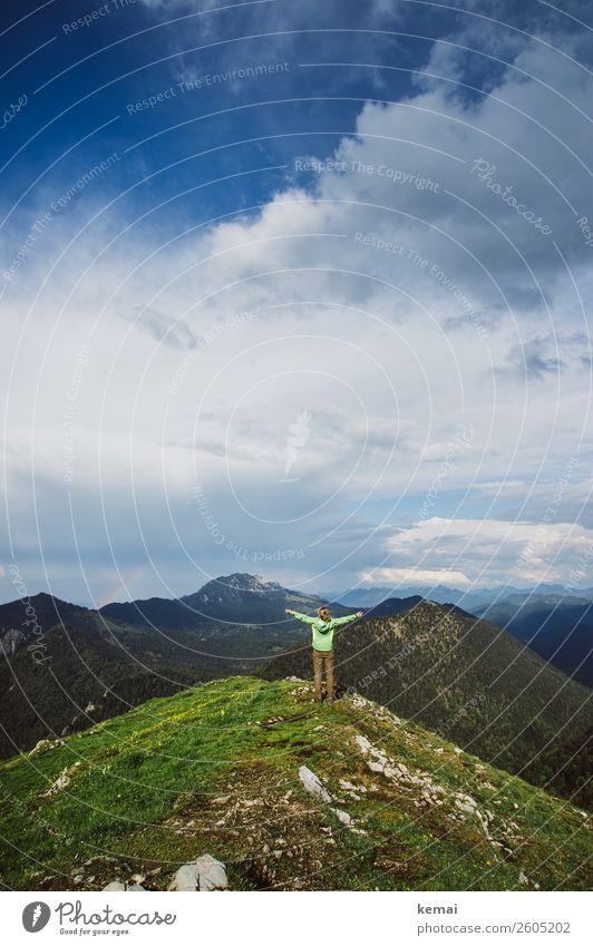 Oben Mensch Himmel Ferien & Urlaub & Reisen Sommer Landschaft Wolken ruhig Ferne Berge u. Gebirge Lifestyle Leben feminin Gras Freiheit Felsen oben
