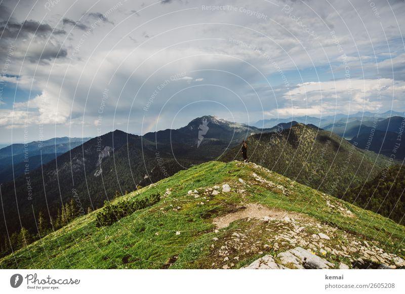 Oben II Mensch Himmel Sommer Landschaft Erholung Wolken Ferne Berge u. Gebirge Leben feminin Glück Gras Freiheit Felsen oben Ausflug