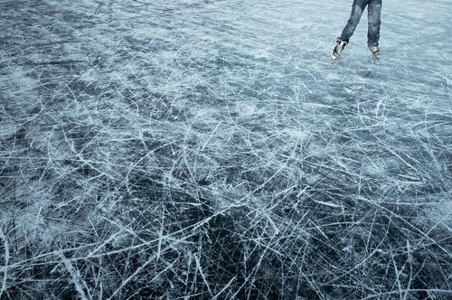eiskratzen Mensch blau Winter Freude schwarz kalt See Beine Eis laufen Frost gefroren Furche Wintersport Schlittschuhlaufen toben