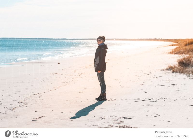 Herbststrand Ausflug Sonne Strand Meer wandern Frau Erwachsene 1 Mensch 30-45 Jahre Natur Wolkenloser Himmel Wetter Wellen Küste Ostsee Sonnenbrille Mütze blau