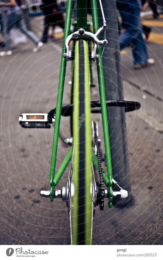 alles auf grün Mensch Stadt Farbe Straße Menschengruppe Metall Fahrrad geschlossen Verkehr Lifestyle Kunststoff Schloss Umweltschutz Fußgänger Personenverkehr