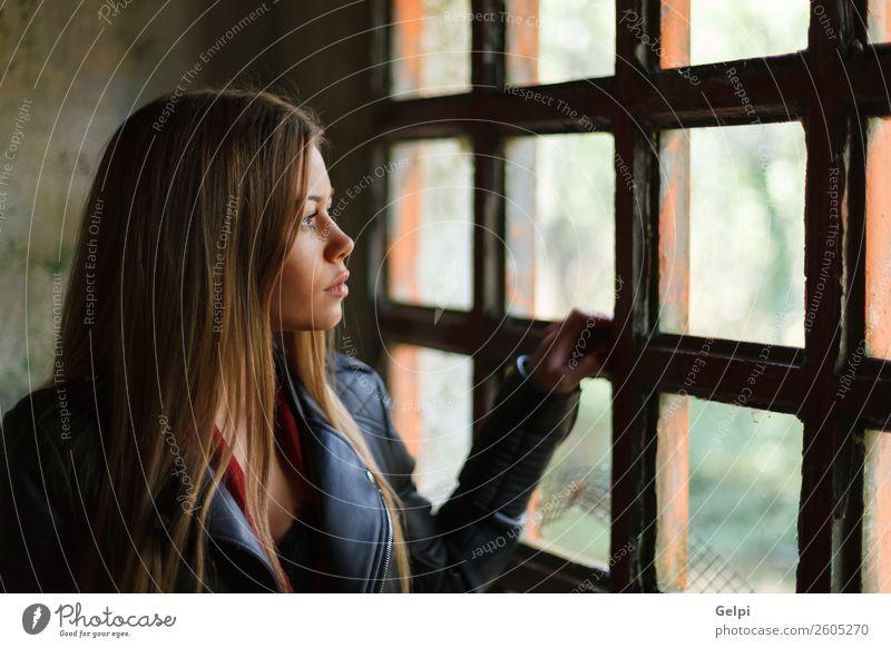 hübsches Mädchen Lifestyle schön Gesicht Leben Freizeit & Hobby Wohnung Haus Mensch Frau Erwachsene blond Denken Traurigkeit lang niedlich schwarz weiß