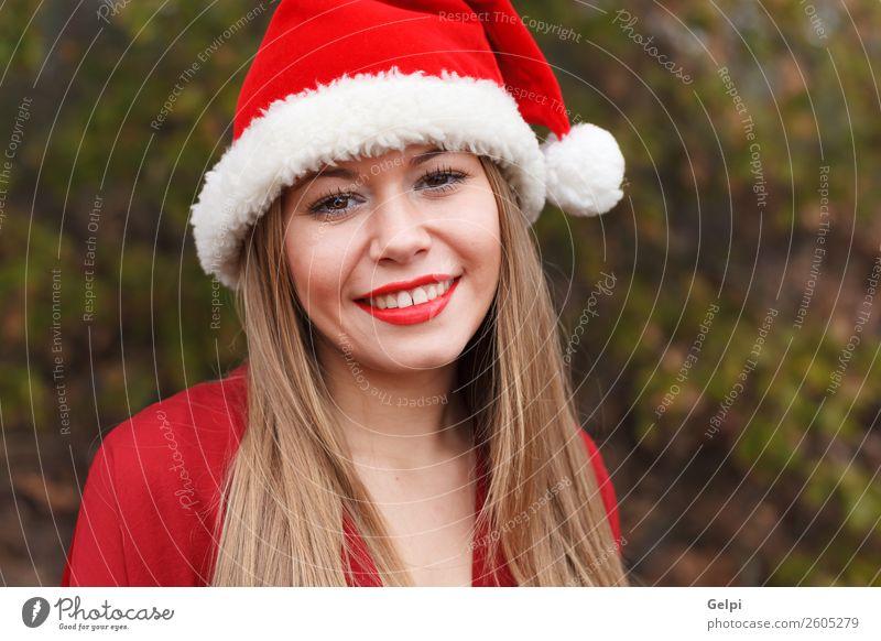 Frau Mensch Natur Weihnachten & Advent schön weiß rot ruhig Freude Wald Winter Gesicht Lifestyle Erwachsene Schnee lachen