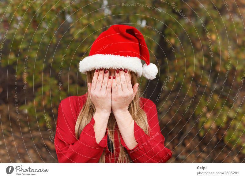 hübsches Mädchen Lifestyle schön Gesicht Winter Weihnachten & Advent Mensch Frau Erwachsene Hand Natur Park Wald Mode Hut blond Traurigkeit weinen niedlich rot