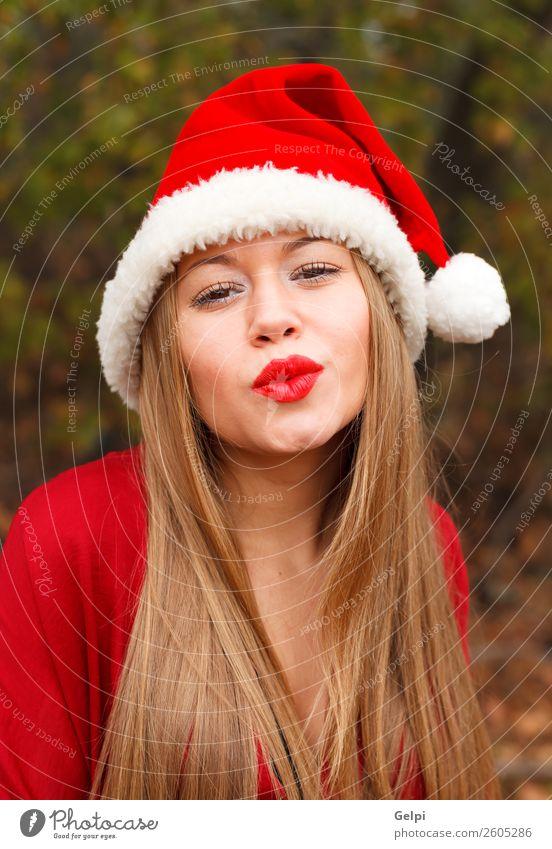 hübsches Mädchen Lifestyle Freude Glück schön Gesicht ruhig Winter Weihnachten & Advent Mensch Frau Erwachsene Lippen Natur Nebel Park Wald Mode Hut blond