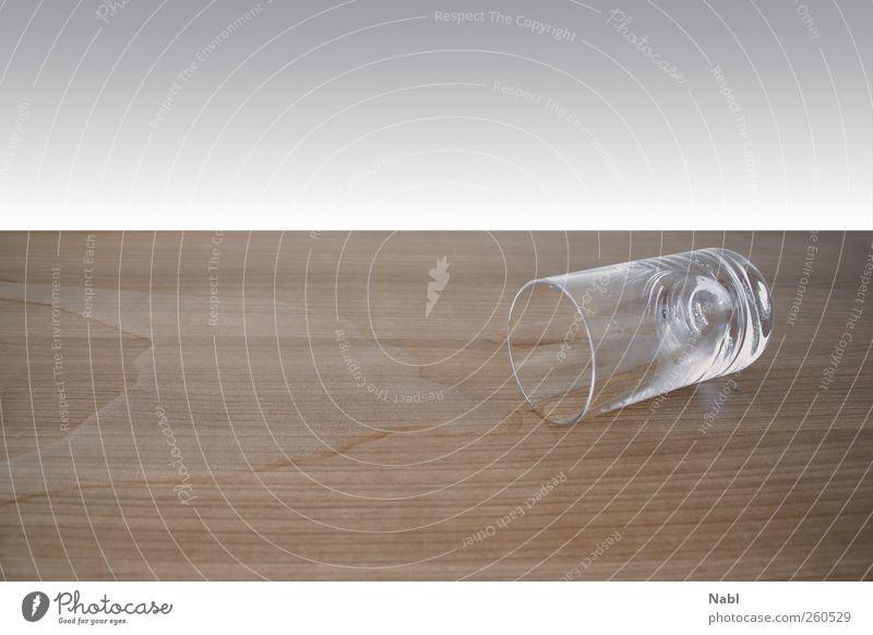 A Fallen glass Getränk Erfrischungsgetränk Trinkwasser Glas Holz Wasser fallen liegen Trinkglas umgefallen feucht Unfall Missgeschick Farbfoto Innenaufnahme