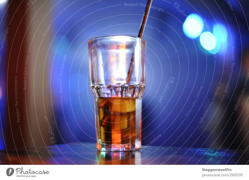Glas im Discolicht Erfrischungsgetränk Spirituosen Longdrink Cocktail Trinkhalm Nachtleben Veranstaltung Tanzen Club Feste & Feiern blau mehrfarbig gelb gold