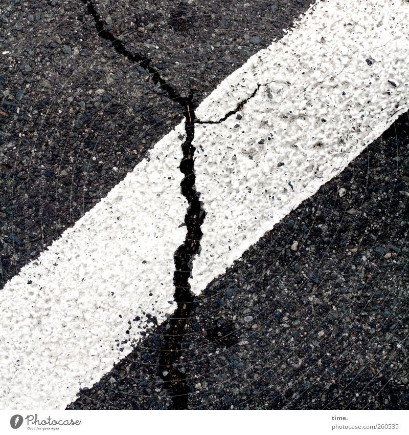 Lebenslinien #39 Verkehrswege Straße schwarz weiß Farbe Farbstoff Asphalt Bodenbelag Teer diagonal Riss Grafik u. Illustration Schwarzweißfoto Außenaufnahme