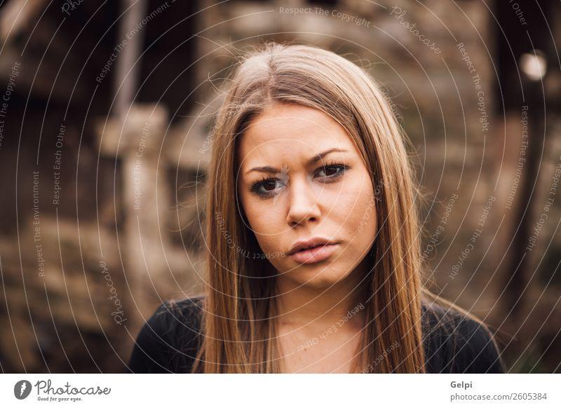 hübsches Mädchen elegant Stil schön Haare & Frisuren Gesicht Haus Mensch Frau Erwachsene Ruine Straße Mode Pelzmantel blond alt Traurigkeit lang natürlich