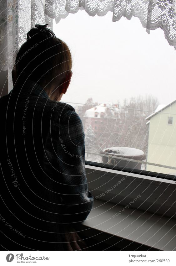 nana III Mensch Frau alt Stadt Einsamkeit ruhig Erwachsene Fenster Leben Senior Gefühle Traurigkeit Gebäude Denken Stimmung stehen