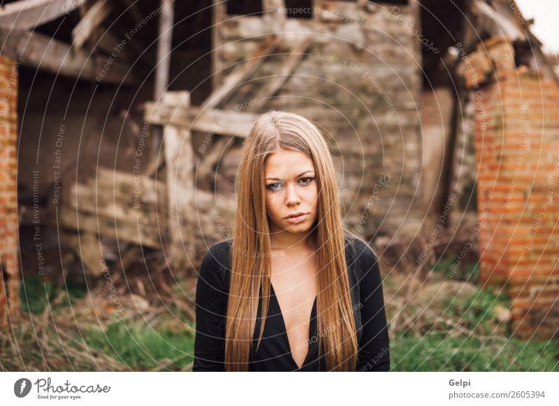 Frau Mensch alt Farbe schön weiß Haus schwarz Gesicht Straße Erwachsene natürlich Traurigkeit Stil Mode Haare & Frisuren