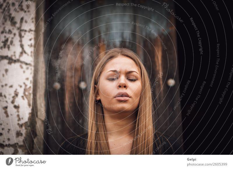 Frau alt schön weiß schwarz Gesicht Lifestyle Erwachsene Holz natürlich Glück Stil Mode blond Beautyfotografie trendy