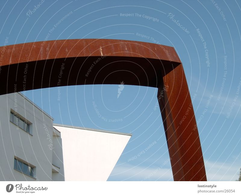 kontrast Gebäude Skulptur Kunst Architektur Rost Schulgebäude