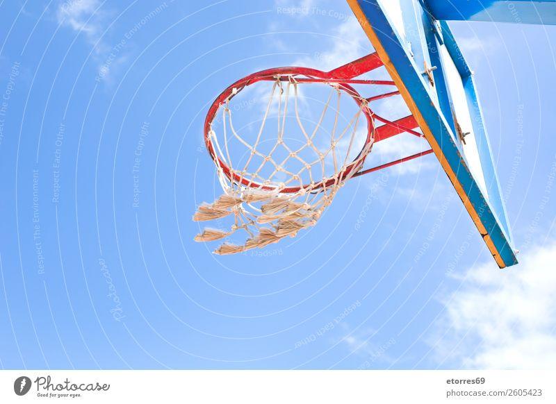 Ein Basketballnetz auf einem Spielplatz Korb Ball Baseball Sport Straße Spielen hüpfen Erholung Netz Himmel Außenaufnahme Park Leichtathletik Rückwand