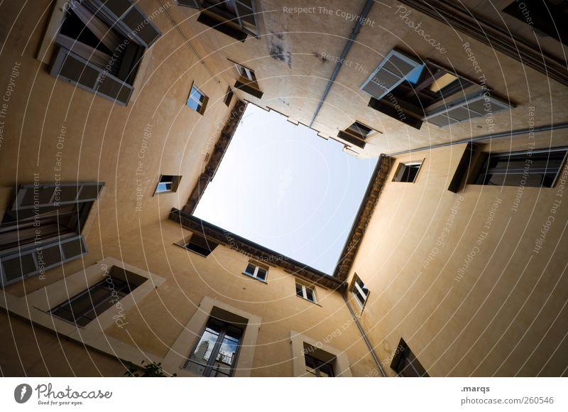 What´s up up there? Stadt Haus oben Architektur Gebäude Fassade hoch Perspektive einfach Italien Rom Präzision Innenhof himmelwärts aufstrebend Immobilienmarkt
