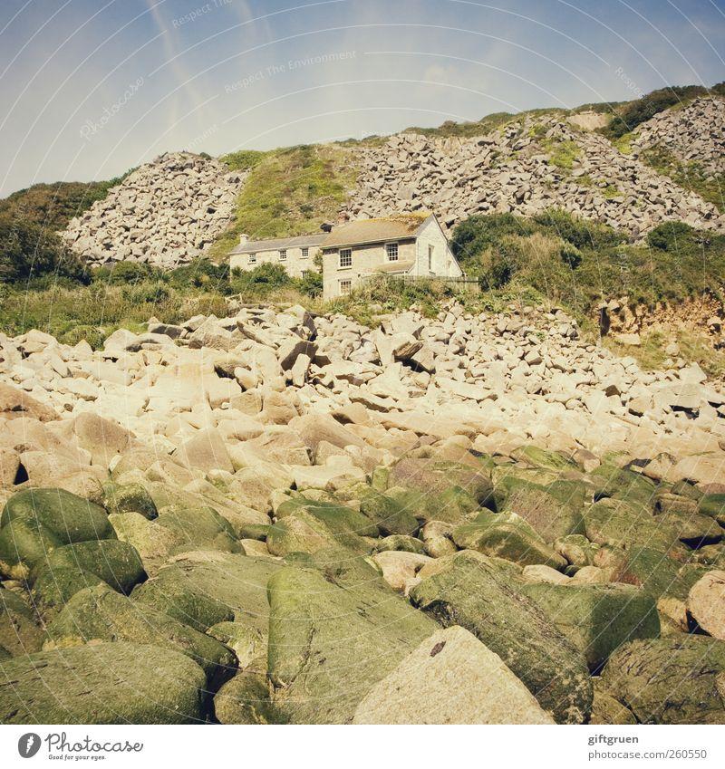 wohnen in bester lage Himmel Natur Sommer Einsamkeit Haus Umwelt Fenster Landschaft Wand grau Stein Mauer Erde Fassade Sträucher Dach