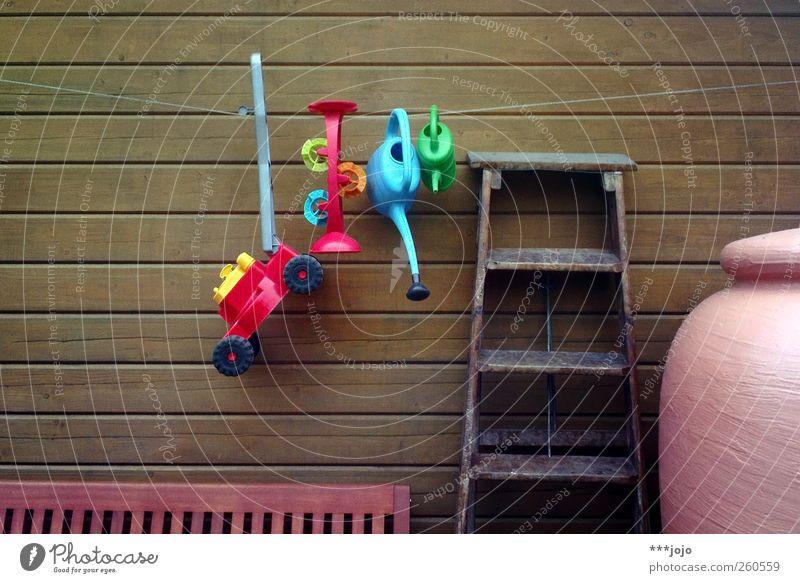 we still can. Gießkanne Ordnung Farbe mehrfarbig Garten Gartenhaus Holzwand Leiter Bank Fass gießen Spielzeug Rasenmäher Kinderspiel Kunststoff Seil hängend