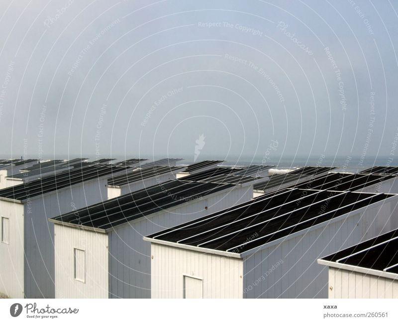 Strandhütten Urelemente Himmel Herbst Winter Nebel Küste Nordsee Oostende Belgien Menschenleer Hütte Strandkorb Dach Sand träumen Unendlichkeit kalt weiß