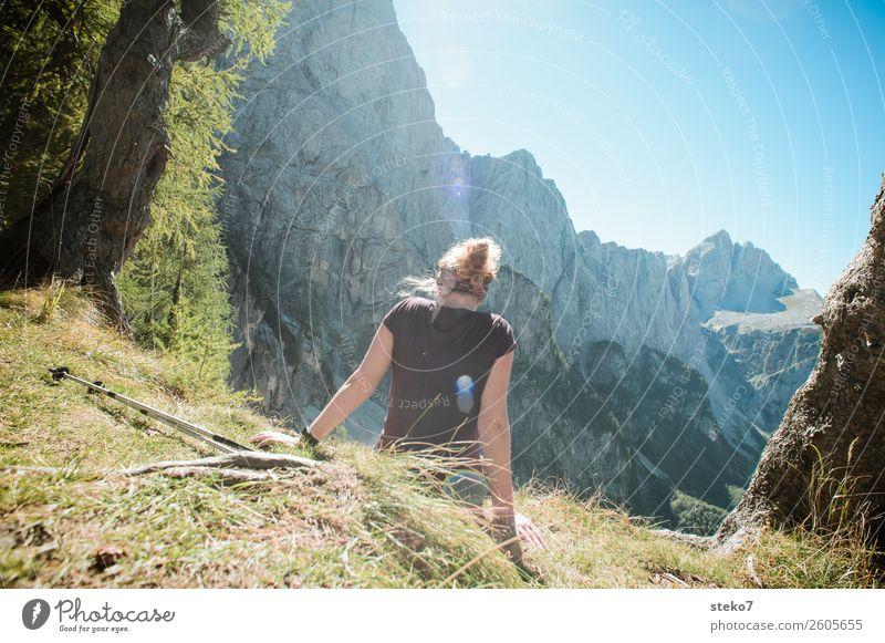 junge Frau macht Pause in den Bergen Leben Wohlgefühl Erholung Ferien & Urlaub & Reisen Sommerurlaub Berge u. Gebirge wandern Junge Frau Jugendliche 1 Mensch