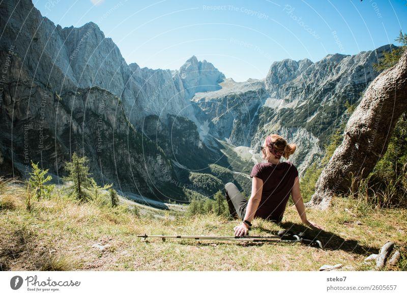 Wanderin in den Alpen Berge u. Gebirge wandern feminin Junge Frau Jugendliche 1 Mensch 18-30 Jahre Erwachsene Schönes Wetter Felsen Triglav Nationalpark Gipfel